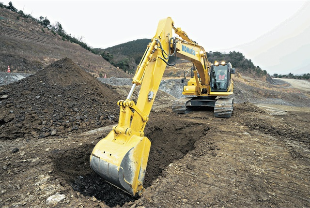 The PC210LCi-11's Intelligent Machine Control is based on Komatsu's own sensor package, which includes stroke sensing hydraulic cylinders, an inertial measurement unit sensor, and global navigation satellite system antennas. Photo courtesy of Komatsu