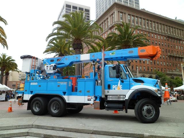 Photos courtesy of PG&E.A Peterbilt/Allison Transmissions Class 8 electric hybrid material handler truck.