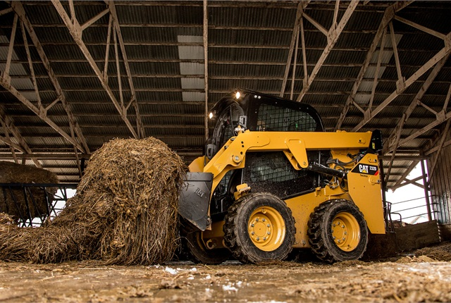 <p>Cat radial-lift 226D SSL with bucket in working application. <em>Photo courtesy of Caterpillar</em></p>